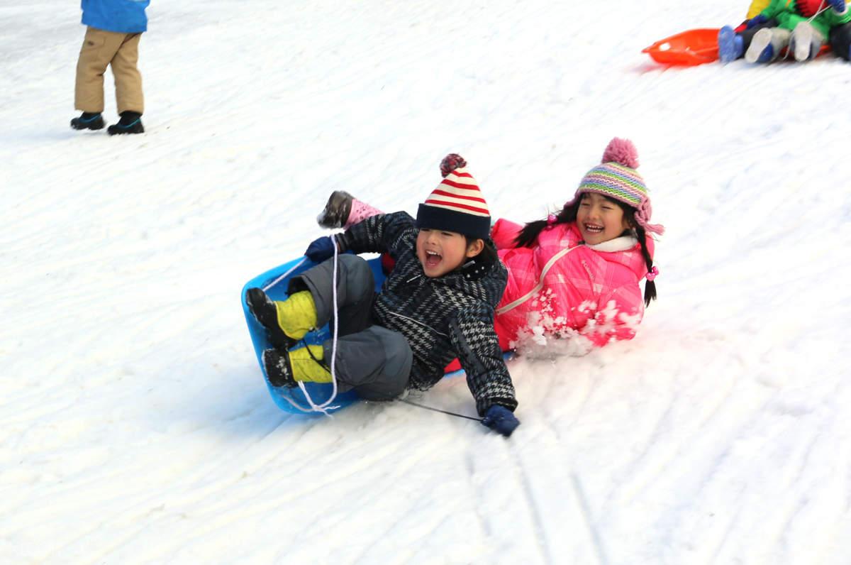 2 children sledding