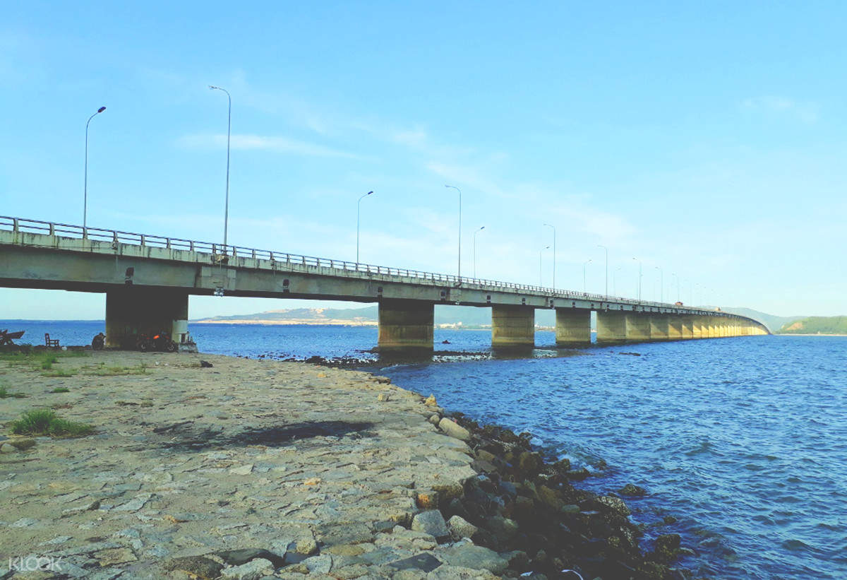 Bắt đầu hành trình khi băng qua chiếc cầu vượt biển nổi tiếng tại Việt Nam - cầu Thị Nại