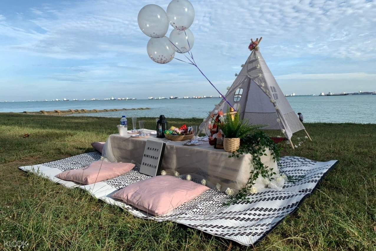 Glam picnic with teepee