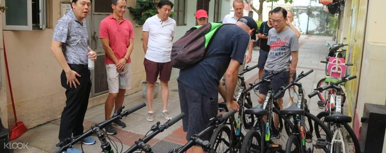 tourists fixing bike