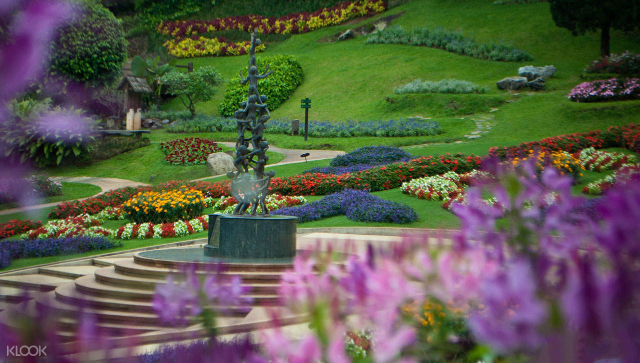 flowers and statue in mae fah luang