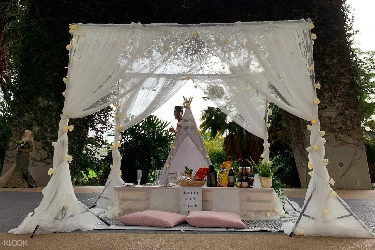Glam picnic with teepee and lace standees
