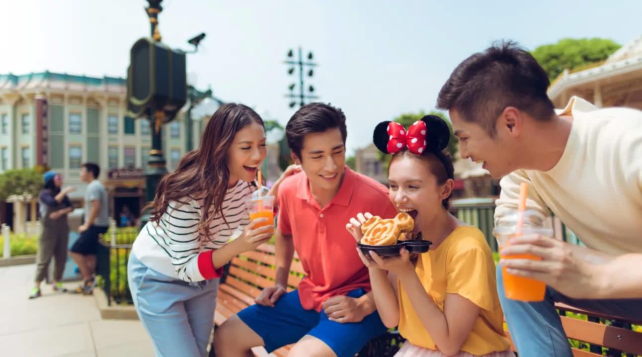 friends eating snacks in disneyland
