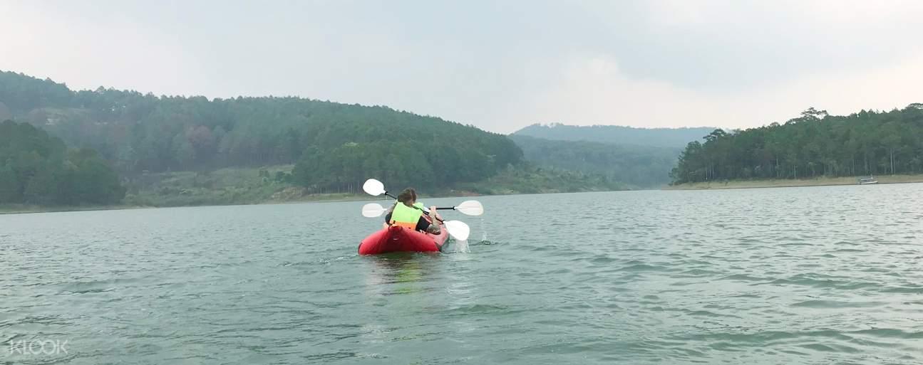 Thưởng ngoạn vẻ đẹp của hồ Tuyền Lâm khi chèo kayak trên hồ