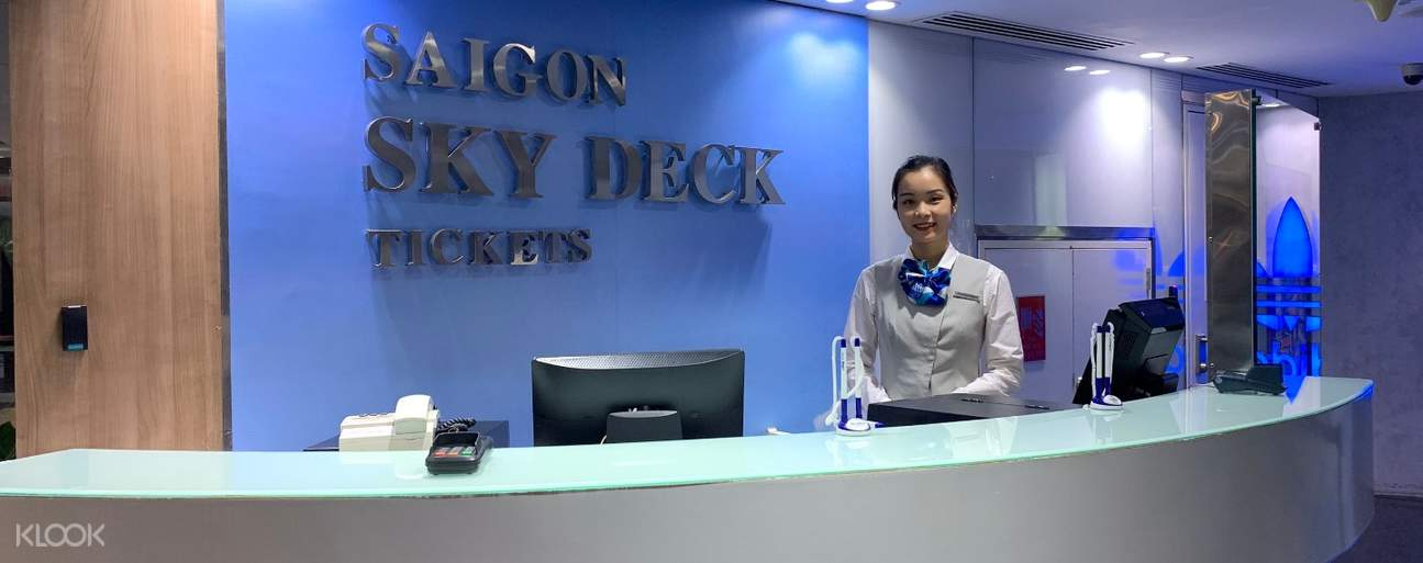 tourists at skydeck ticket counter