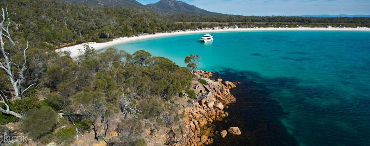 Set sail across the turquoise waters of Wineglass Bay on this sightseeing cruise experience