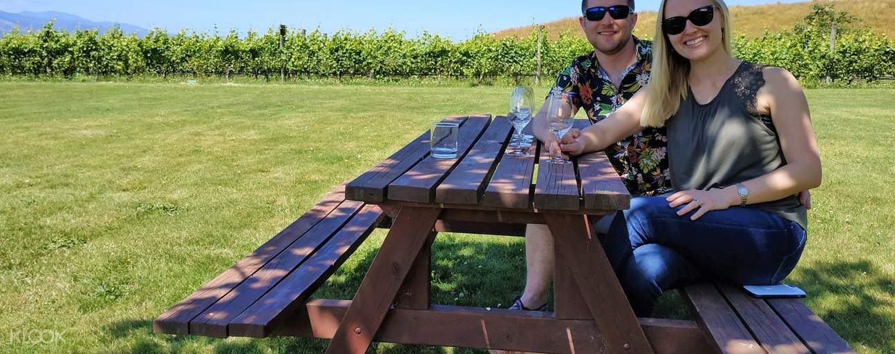 Couple on picnic table in Marlborough during wine day tour