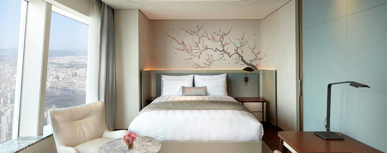 Enjoy the panoramic views of Seoul city from Grand Deluxe Rooms that feature classic and elegant interior design with modern refinements providing ultimate relaxation