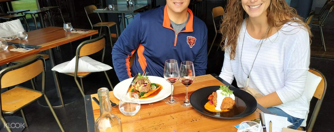Couple having lunch in Marlborough during wine day tour