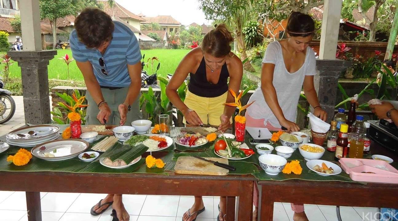 和朋友一起享受烹饪的乐趣