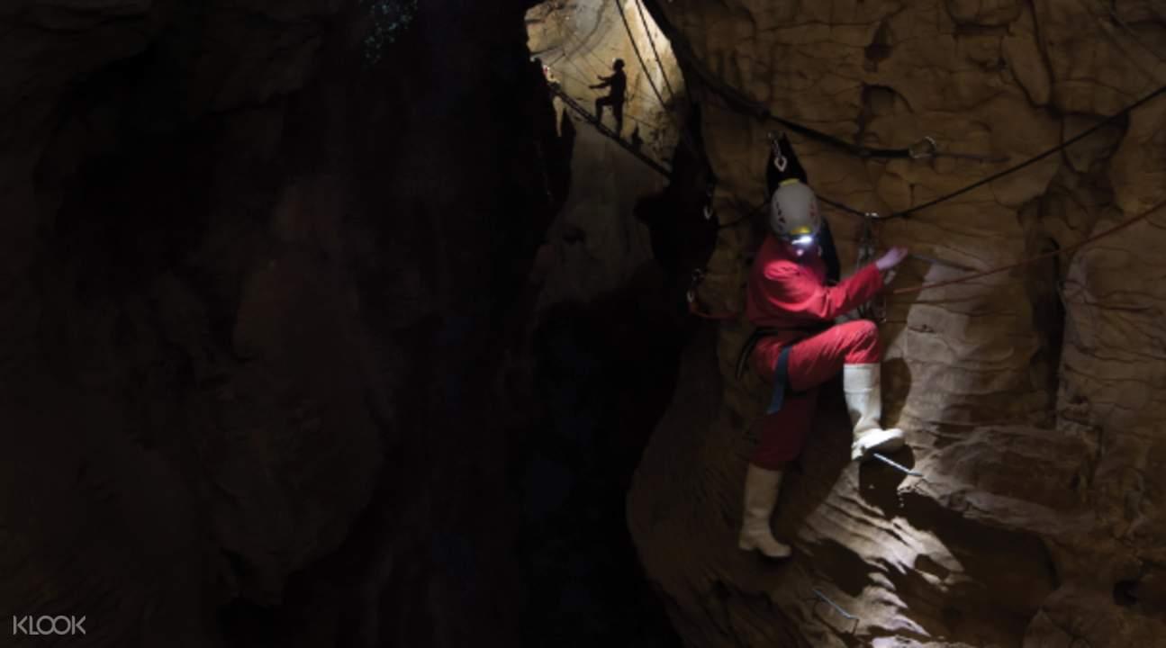 climbing ruakuri cave dry tour