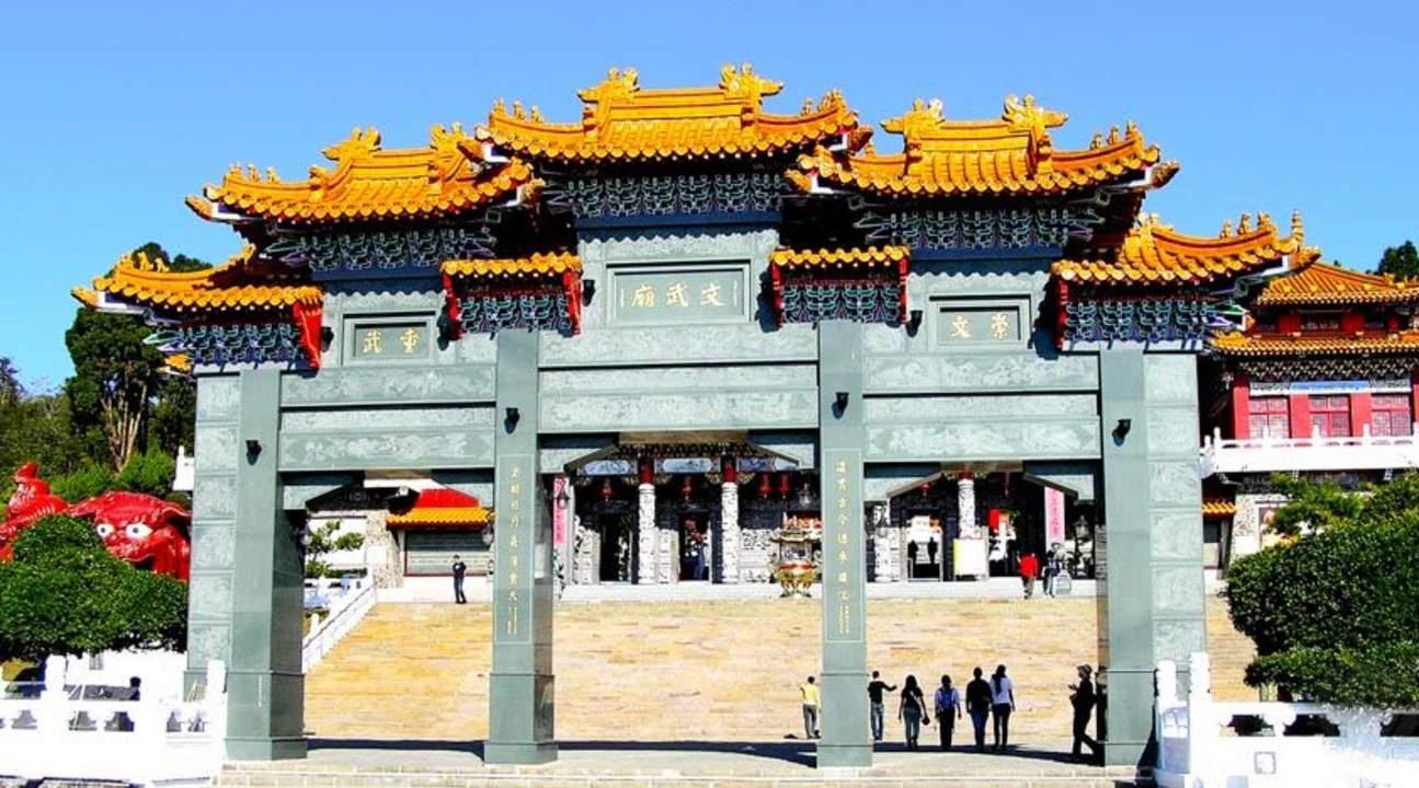 Hồ nhật nguyệt chùa Wenwu