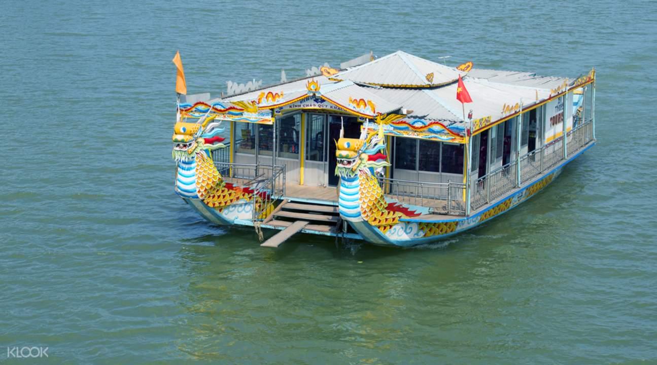 乘私人船夜游香江