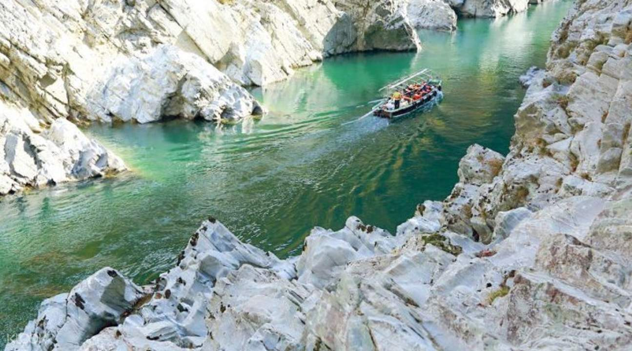 boat cruising the Uratomi Coast