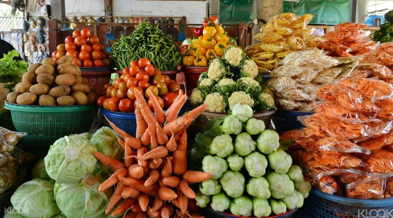 当地集市选购各种新鲜食材