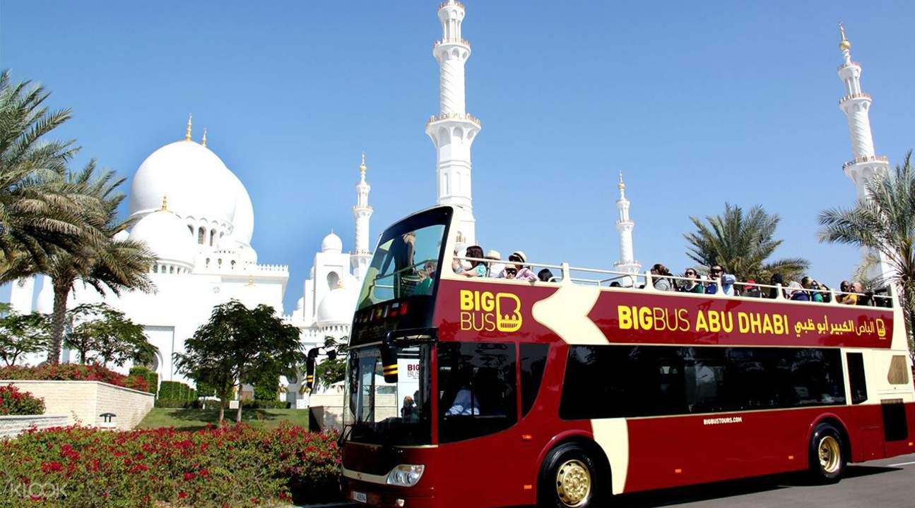 big bus passing by abu dhabi mosque