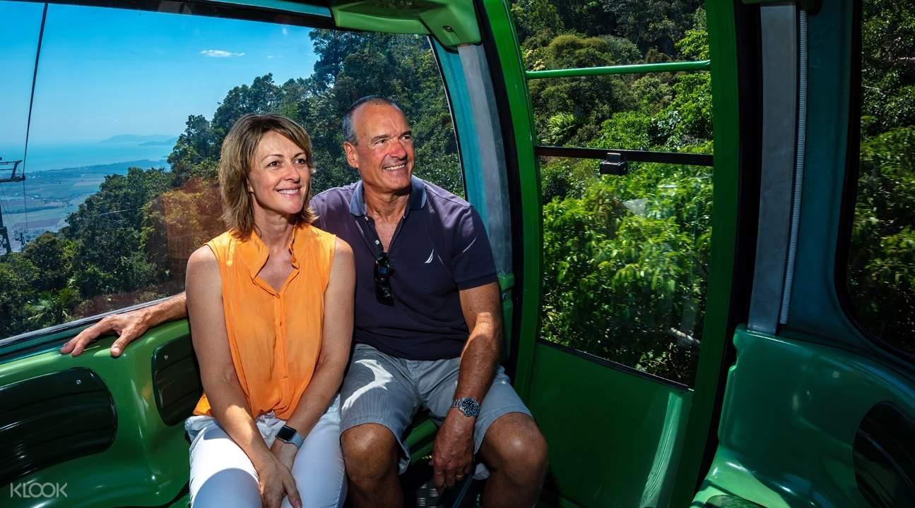 搭乘庫蘭達空中雨林纜車的遊客