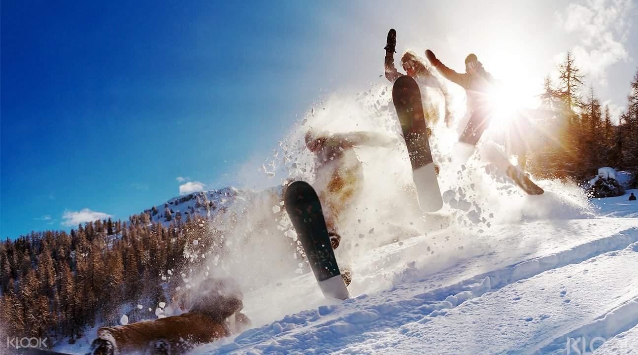 於粉雪中馳騁,體驗難忘的「雪中衝浪」