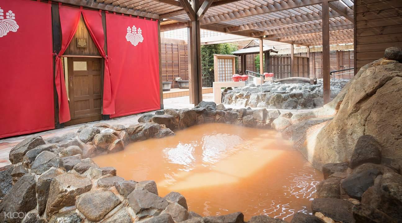 富有「金泉」之稱的金黃色溫泉,富含豐富鹽份與鐵質