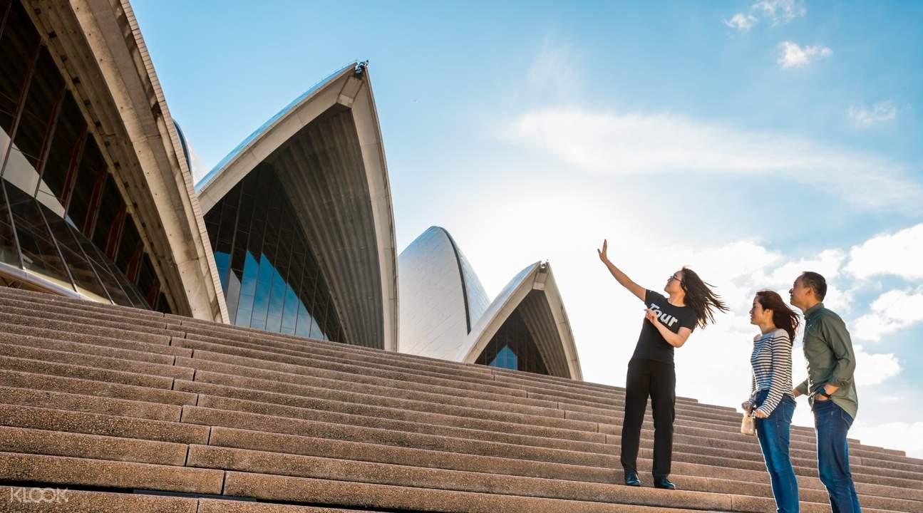 成雙成對的遊客和旅遊團充滿在雪梨歌劇院的景象