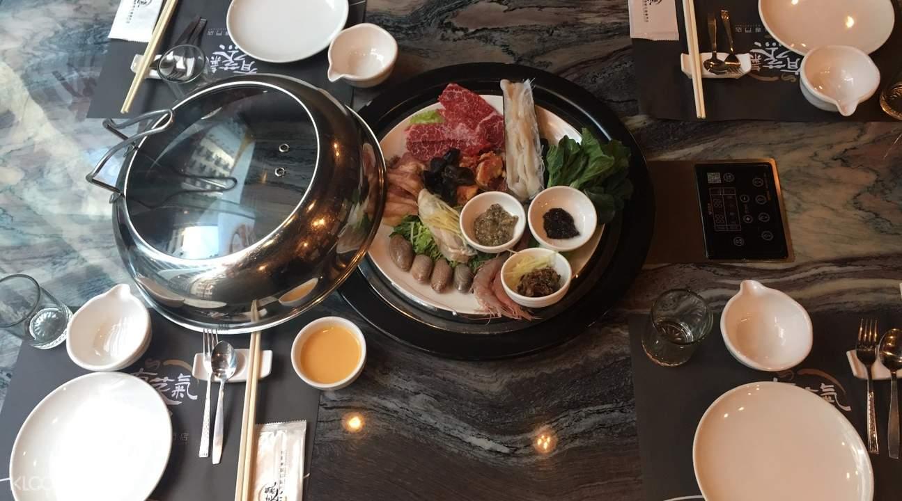 有蒸气海鲜石锅菜品