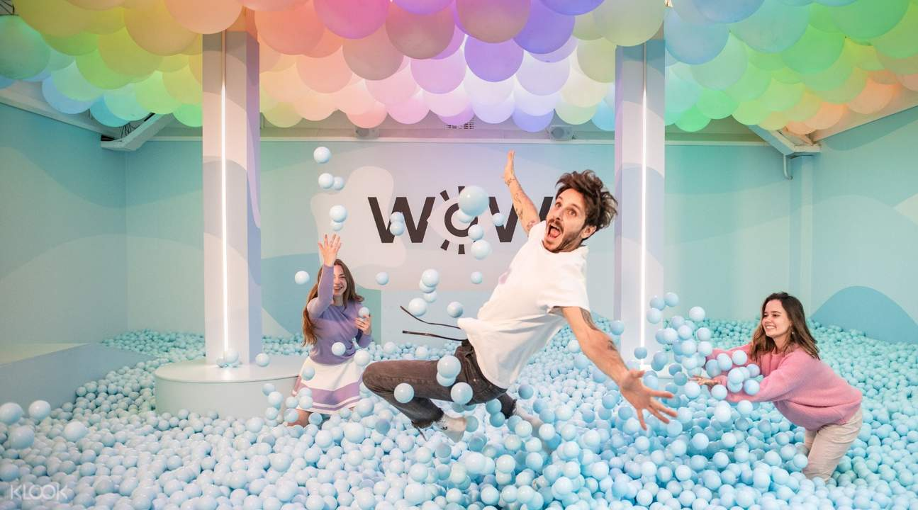 friends playing in ball pit in wondr amsterdam