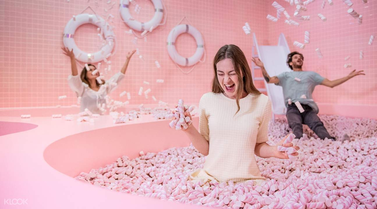 friends in a pink ball pit in wondr amsterdam