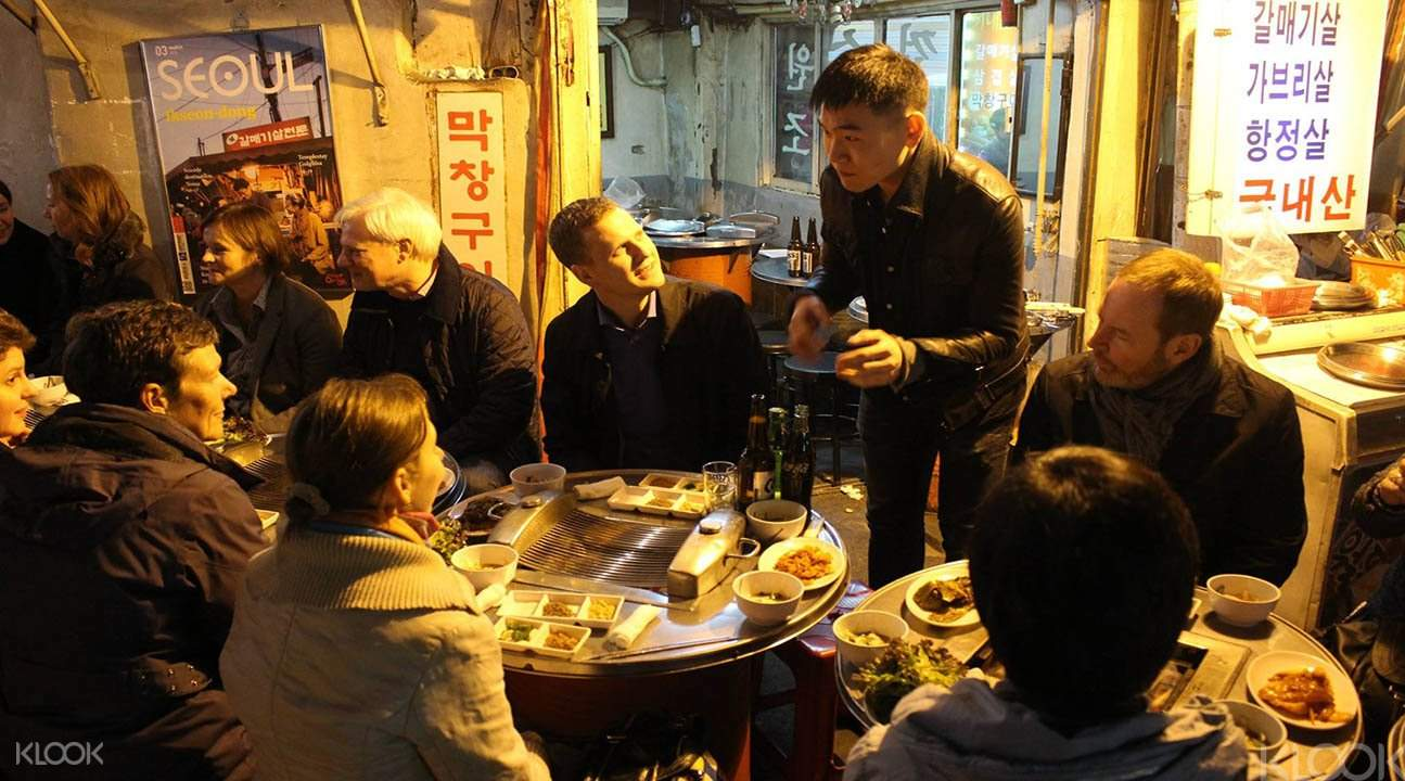 seoul locals eating with tourists