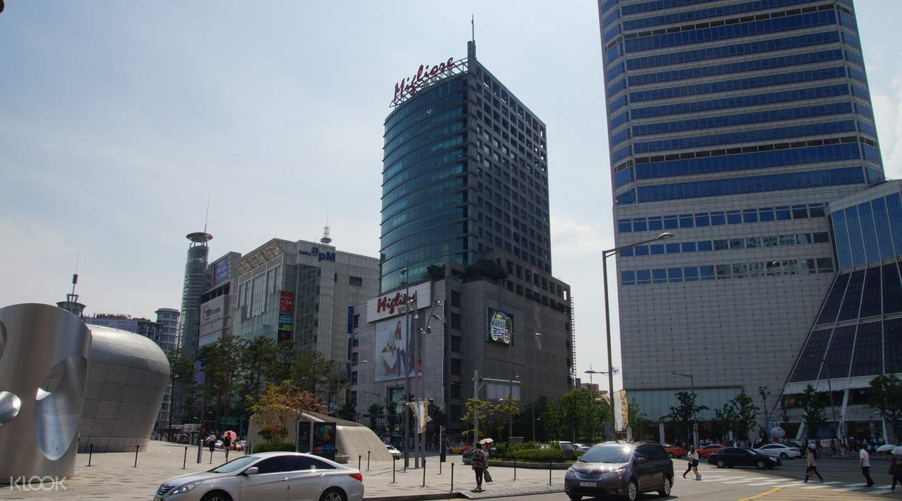 buildings in Dongdaemun, seoul, on traditional culture course
