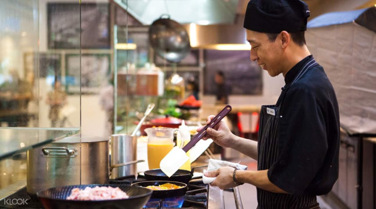 水印酒店海鲜自助餐厅烹饪专家