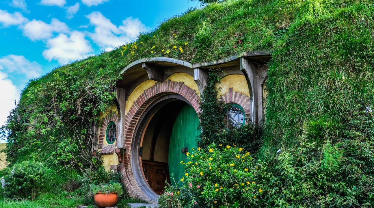 Front door of a hole in Hobbiton