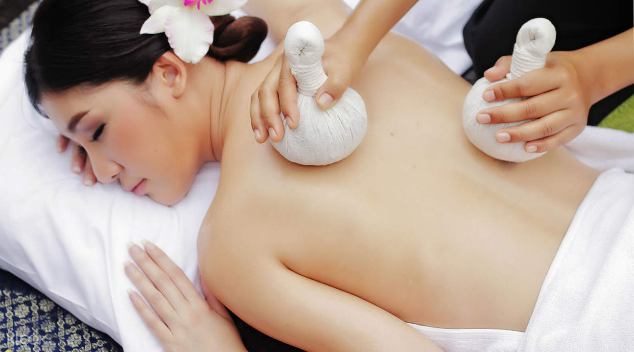 hot compress massage Masumi Spa in Chiang Mai Thailand