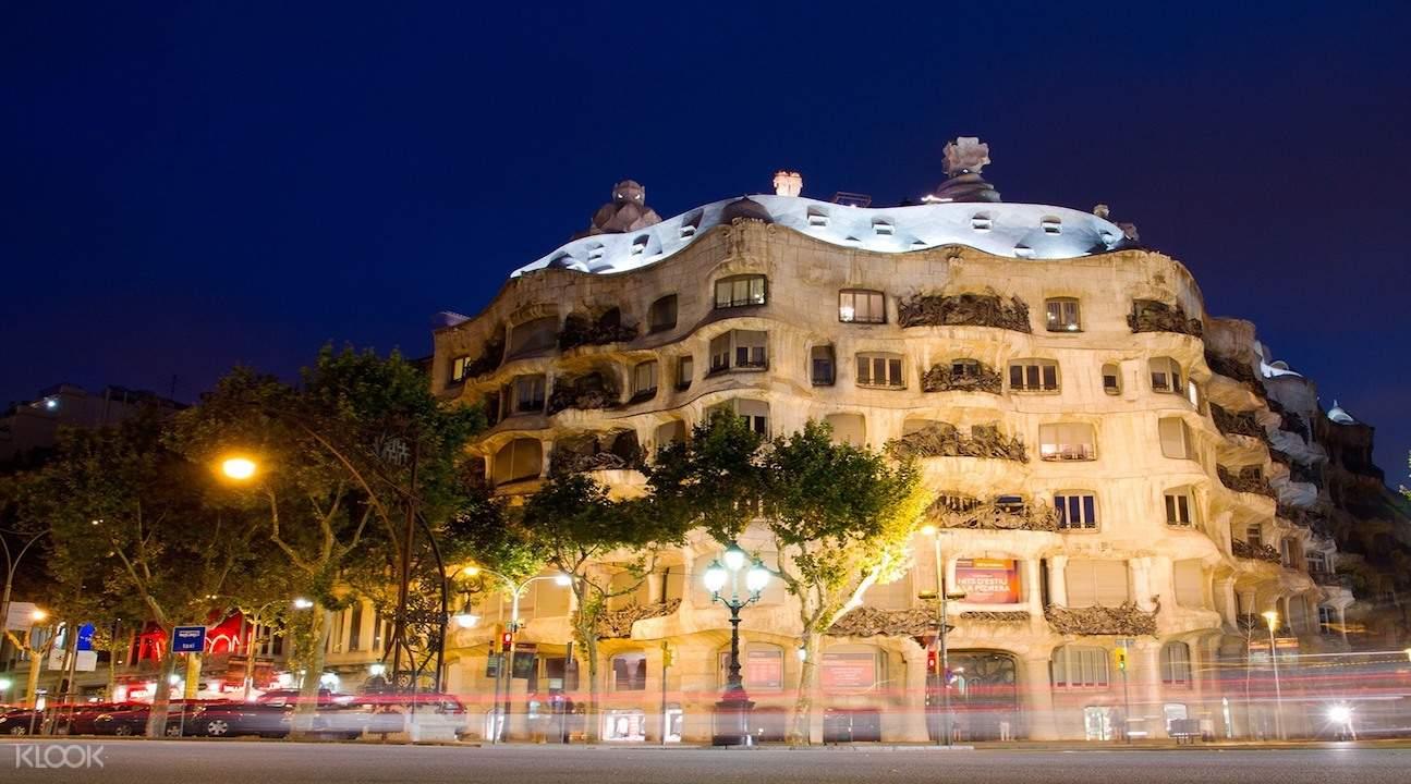 barcelona highlights tour, barcelona magic fountain show, barcelona bus tour, block of discord, la pedrera