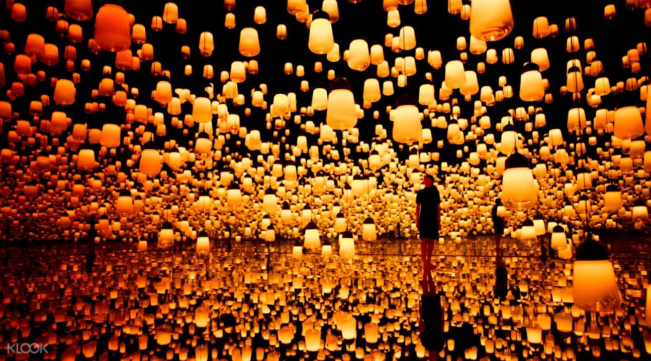 forest of resonating lamps in teamlab borderless