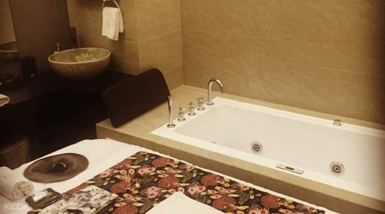 Massage bed with bathtub in Relax Beauty and Spa