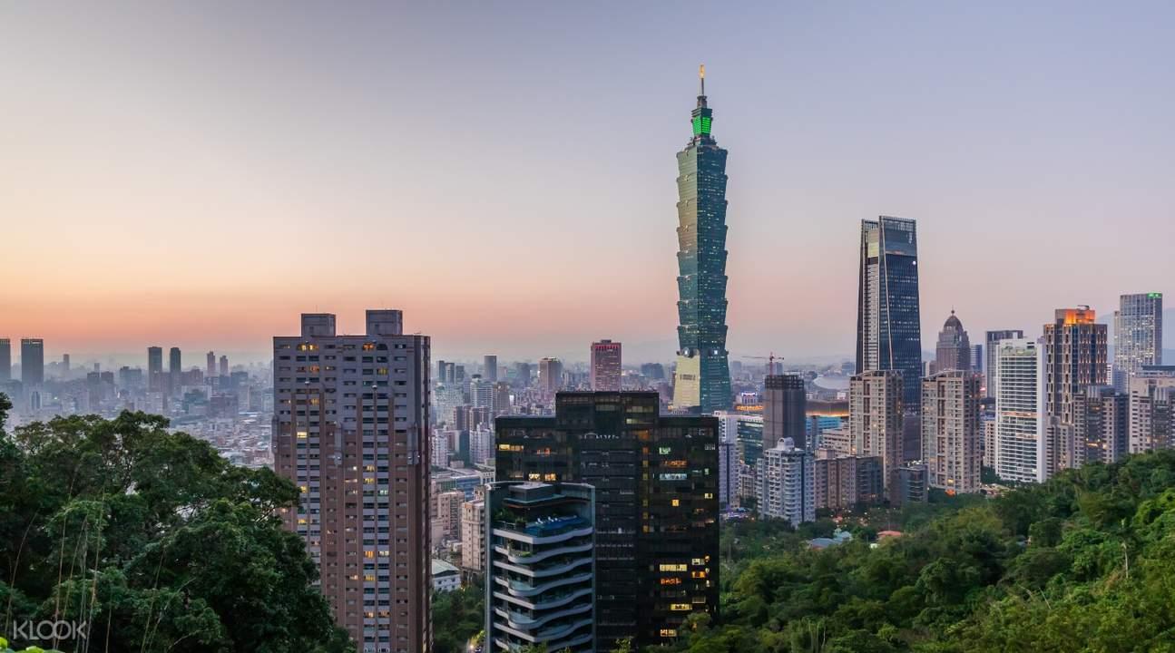 夕暮れの台北の街並み
