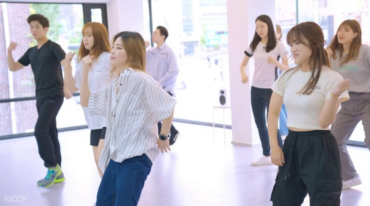 k-pop beginner dance class group photo