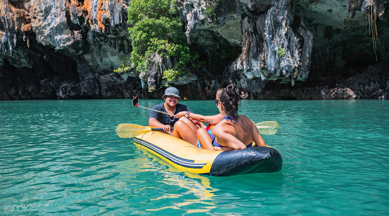 couple kayaking along the waters of hong island