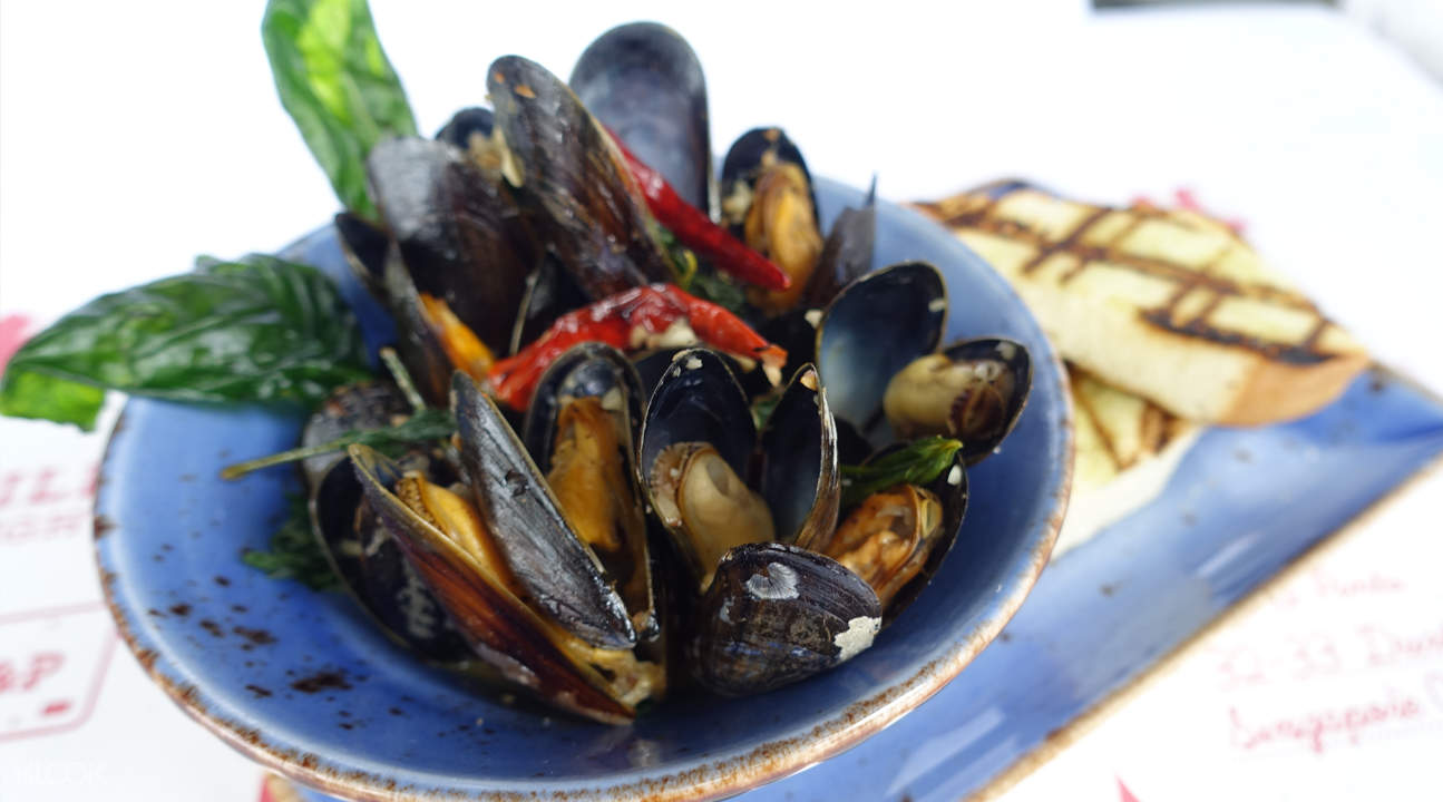 garlic butter mussels pince and pints restaurant and bar singapore