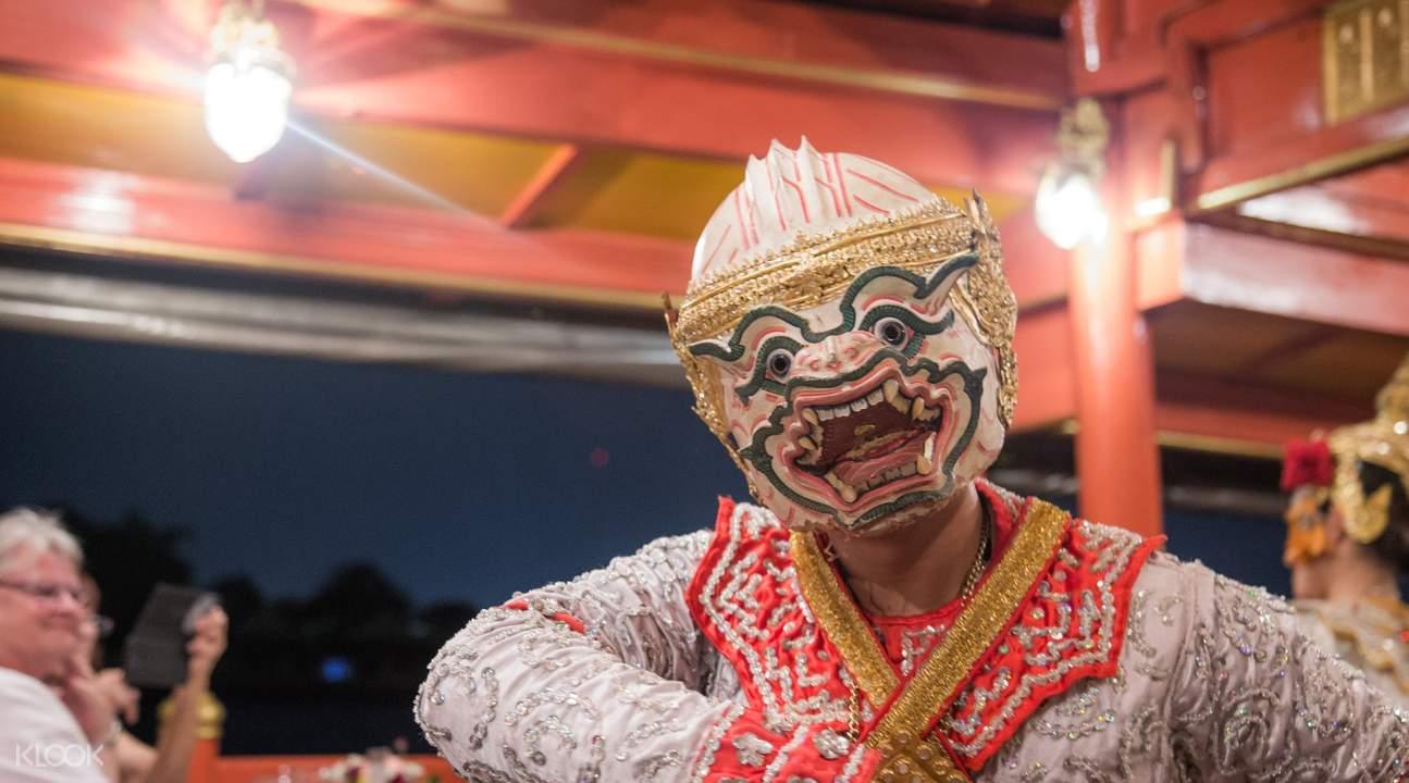Watch classical Thai performances aboard Wan Fah Restaurant & Cruise