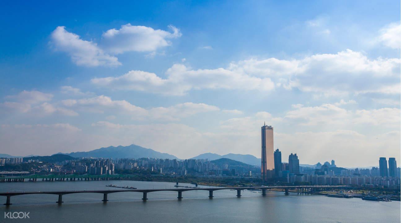 Hangang River Cruise bridge during daylight