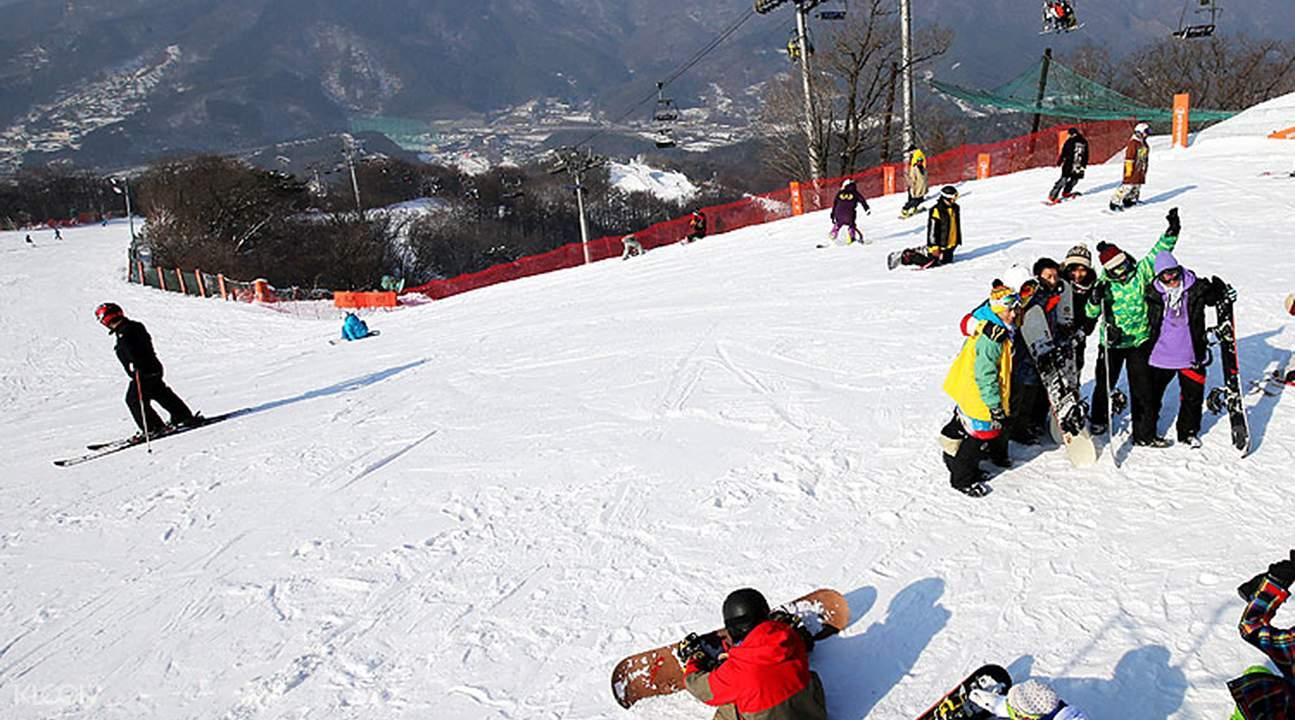 Skiiers on the slopes of Bears Town Ski Resort