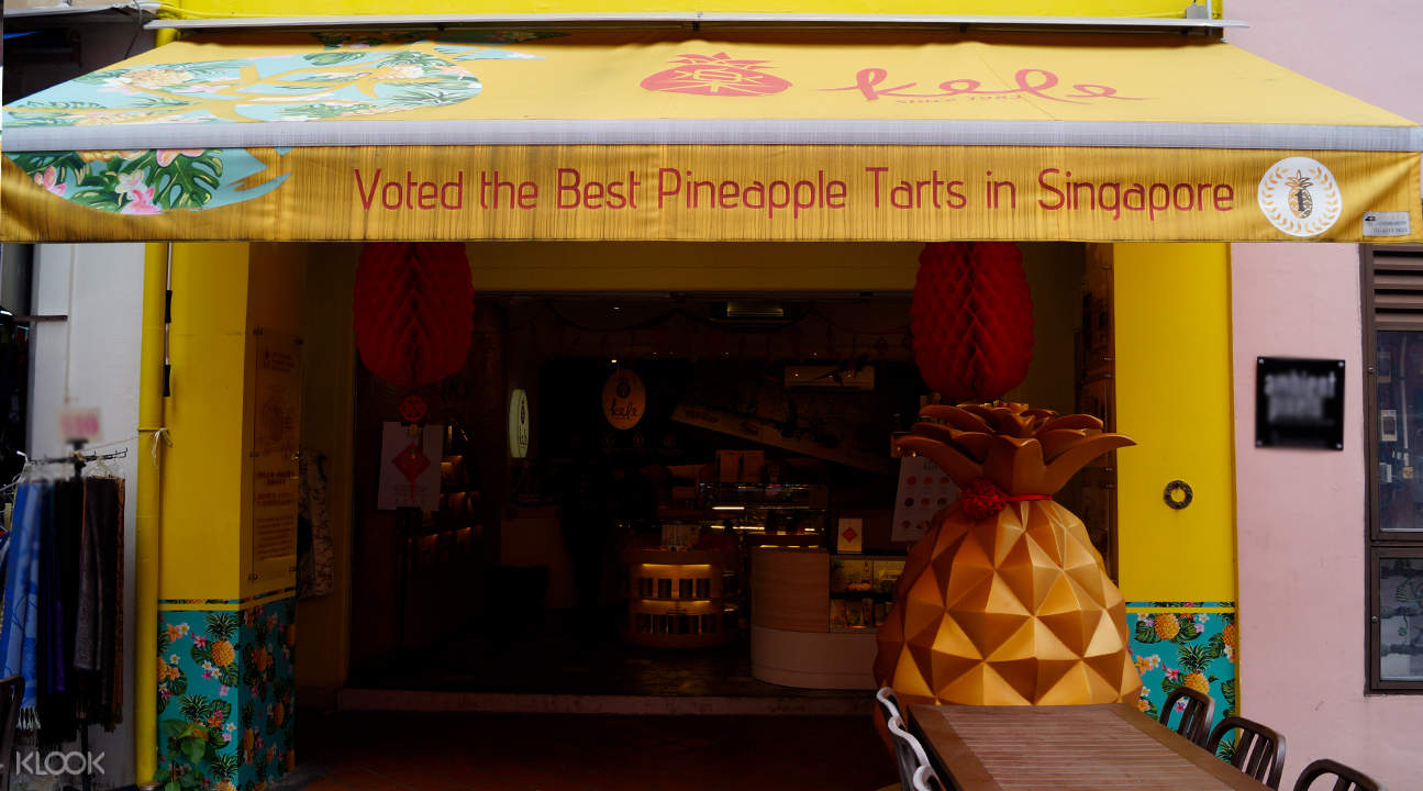 giant pineapple kele pineapple tarts chinatown singapore