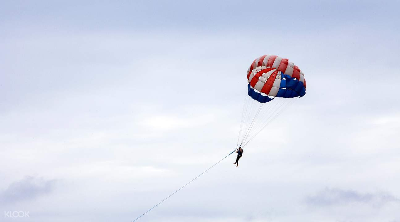 koh larn parasailing