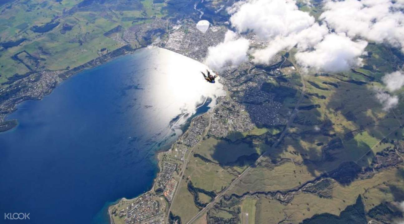 陶波高空跳伞