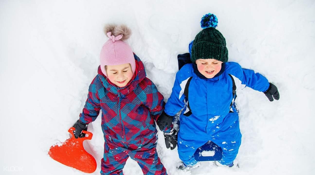 孩子在玩雪