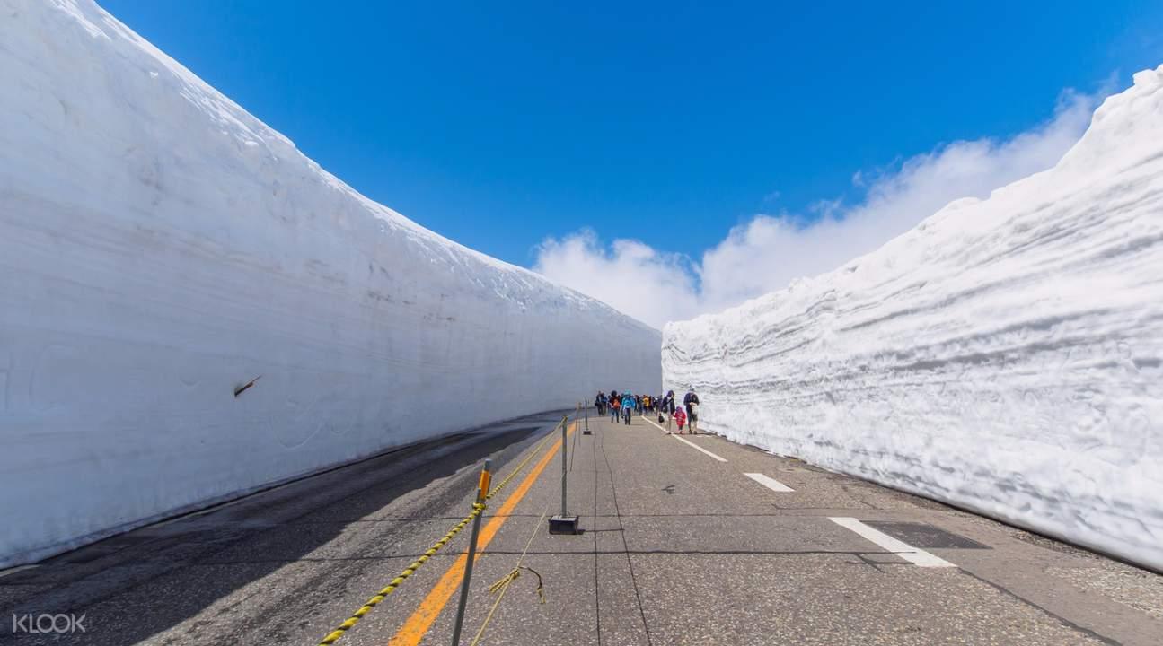 snow wall walk