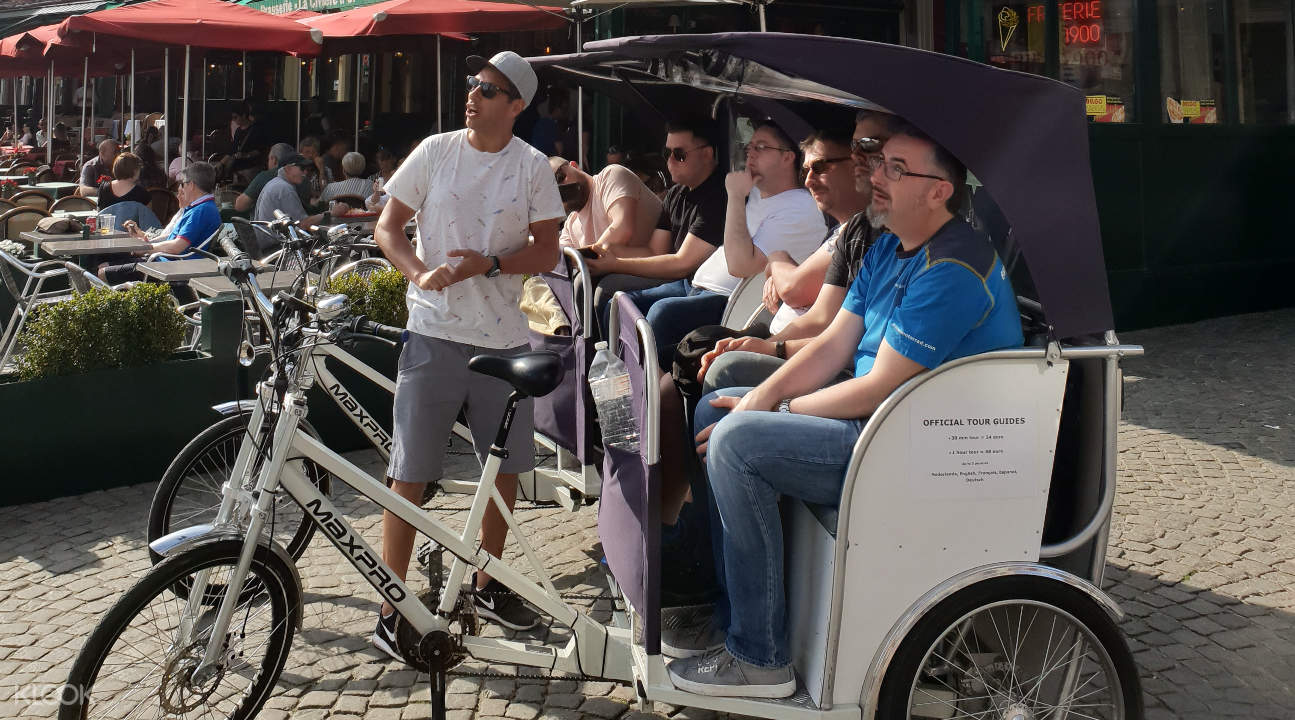 tour guide talking to tourists about Bruges