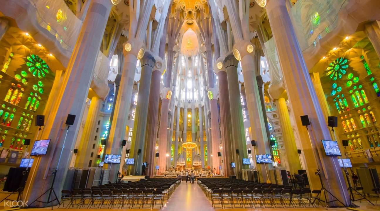 angled pillars in the sagrada familia