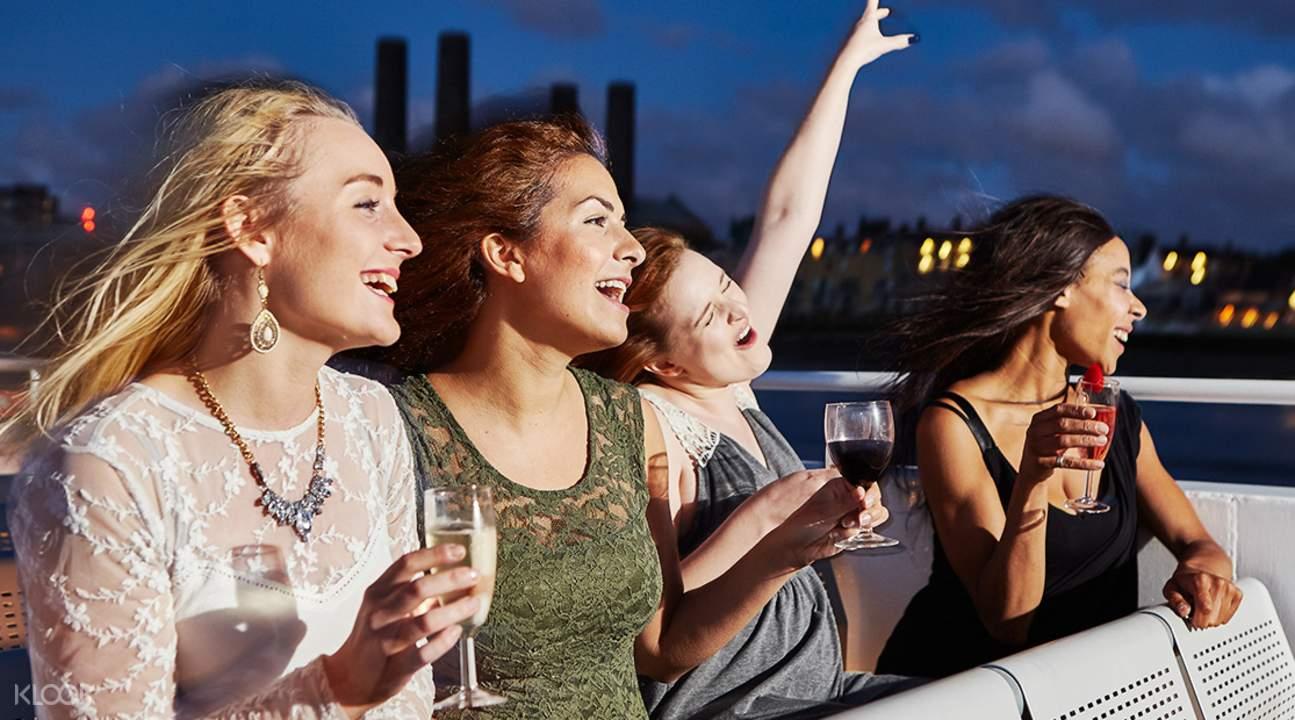 泰晤士河浪漫歌舞秀遊輪甲板觀景